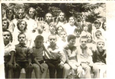 Μαθητές της Πέμπτης και έκτης Δημοτικού το 1973 με το δάσκαλο κ. Μίμη Μανώλη.