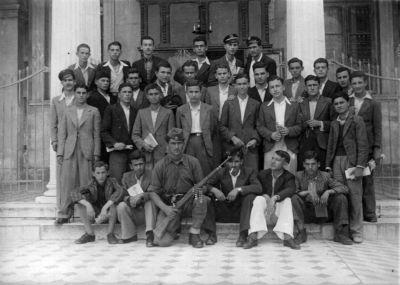 Δεξιά όρθιος ανάμεσα στην πρώτη και δεύτερη σειρά ο Νίκος Κρανιάς και στην τρίτη σειρά δεύτερος από δεξιά ο Χαρίλαος Ζαχαρής. Τη φωτογραφία μας έστειλε ο κ. Νίκος Κρανιάς.