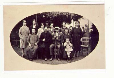 Ο Χρήστος Σβάρνας φωτογραφίζεται στις 5/9ου/1928 με όλο το γυναικομάνι της οικογενείας του. Τη φωτογραφία μας έστειλε από την Αυστρία η κ. Ελένη Σβάρνα.